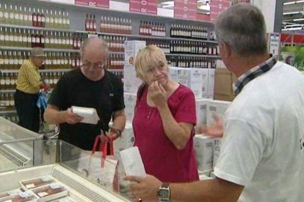 Les ex Spanghero à la reconquête des clients dans une grande surface de Carcassonne dans l'Aude.