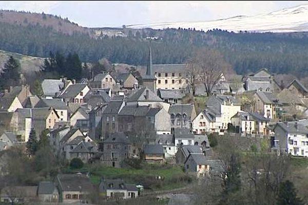 Un moniteur de colonie de vacances organisée à la Tour-d'Auvergne (Puy-de-Dôme) et originaire de Rouen a été mis en examen et placé sous contrôle judiciaire vendredi 2 août, pour des faits d'agression sexuelle sur un mineur âgé de 15 ans