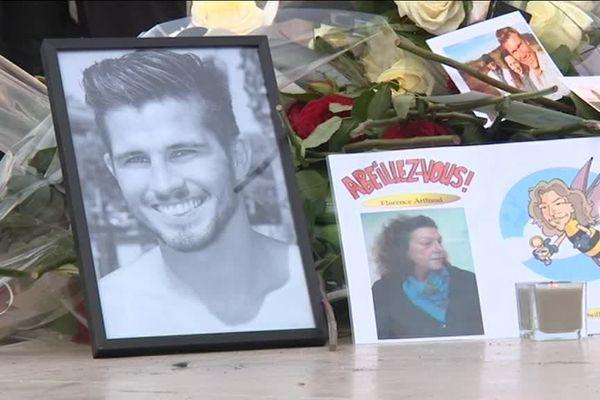 Sur le parvis du Trocadéro, les proches des victimes, émus, souvent les larmes aux yeux, se sont recueillis devant les photos des disparus posées à côté de bouquets de fleurs. (samedi 11 mars 2017)