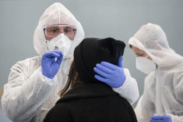 L'objectif de ce dépistage à grande échelle est de tester le maximum de personnes et d'isoler les malades pour contenir la propagation du virus.