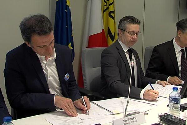 Le maire de Grenoble Eric Piolle, le président de la Métropole de Grenoble Christophe Ferrari et Lionel Beffre, le préfet de l'Isère lors de la signature de la convention de renouvellement urbain.