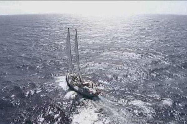 Tara, le labo flottant traque le plastique en mer