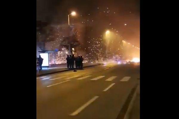 Les violences urbaines ont éclaté dans le quartier de la Plaine à Oyonnax, dans la nuit du 6 au 7 novembre, avec 6 véhicules incendiés et beaucoup de matériel urbain dégradé. Les policiers évoquent la possibilité de petits groupe de jeunes qui s'amusent à provoquer les policiers, pour passez le temps pendant la période de confinement.