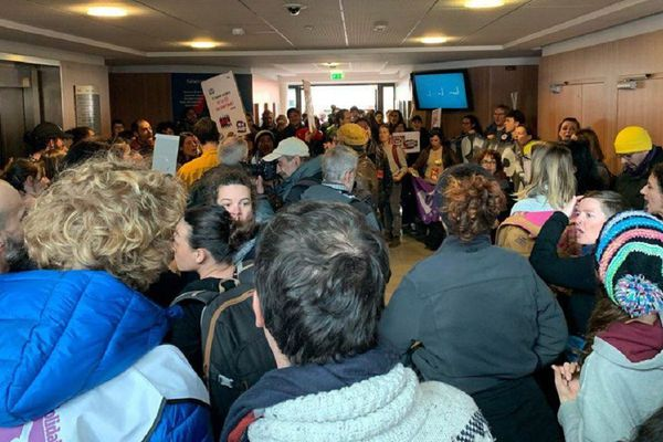Environ 150 personnes de diverses professions ont occupé le hall d'entrée de l'agence Axa assurances à Balma-Gramont, près de Toulouse.