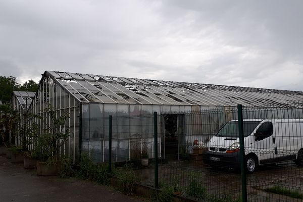 Le toit d'une serre a été détruit par les grêlons, à Tullins, alors qu'une brocante se déroulait à l'intérieur.