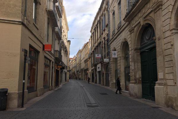 Ce dimanche matin, les rues du centre-ville de Montpellier sont vides et la plupart des magasins fermés.