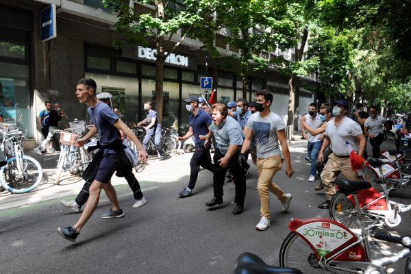 Une quarantaine de militants d'extrême-droite venus d'un peu partout en France sont venus récupérer une banderole de l'extrême-gauche au sein de la manifestation anti pass sanitaire du 11 septembre à Toulouse (Haute-Garonne)
