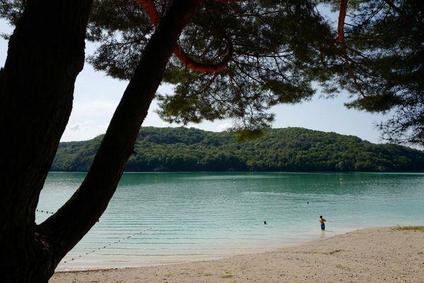 Le lac de Vouglans, ses plages et sa naature environnante.