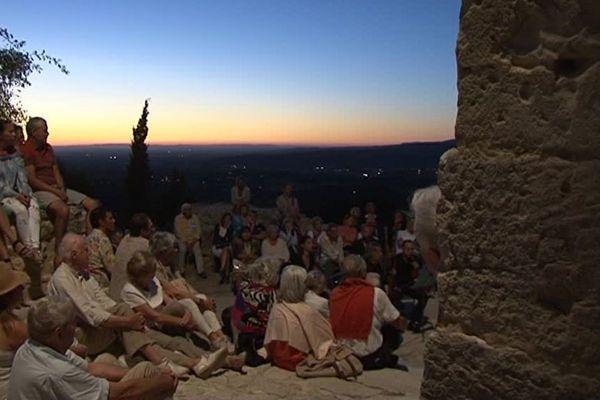 A Oppède, dans le Vaucluse, le festival au coucher de soleil propose, comme son nom l'indique, des concerts de chant lyrique à l'heure où le soleil descend sur la vallée.