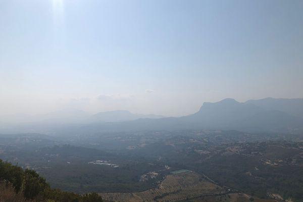 Le voile de fumée est visible depuis plusieurs points en hauteur de Corse, comme ici, au Monte Gozzi.