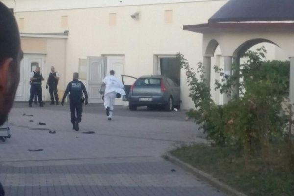 la voiture dans l'enceinte de la mosquée