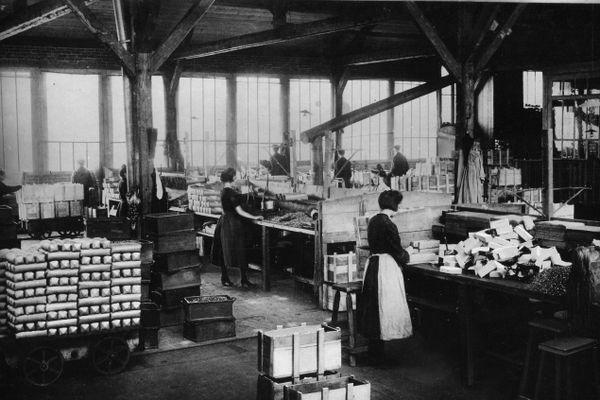 Début XXe, le peu de femmes qui travaillent à la clouterie de Creil sont les préparatrices de commandes ou les empaqueteuses