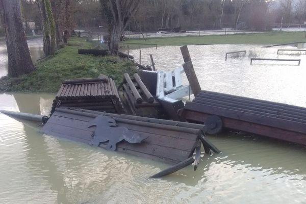 12 chevaux d'un centre équestre de Preignan dans le Gers ont été sauvés par les pompiers mais l'un d'eux s'est noyé. Le terrain de cross est détruit.