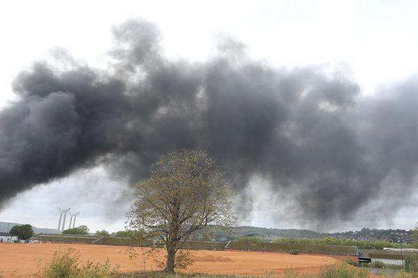 Dans les Hauts-de-France, 104 communes sont désormais concernées par les restrictions sanitaires dues à l'incendie de l'usine Lubrizol de Rouen.