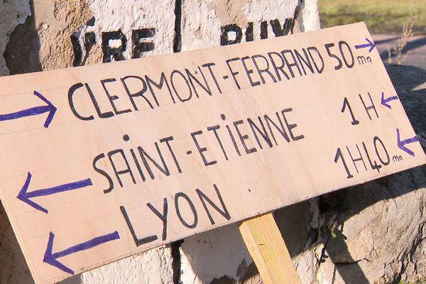 Usagers et élus réclament le retour des trains sur une ligne ferroviaire transversale, plus courte, entre Lyon, Saint-Etienne et Clermont-Ferrand. 18 octobre 2020.