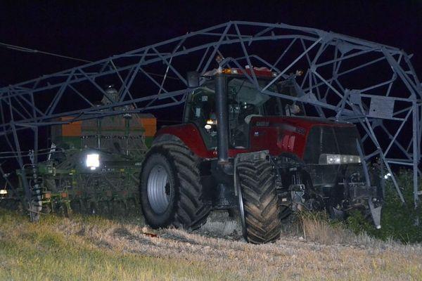 L'agriculteur de 50 ans est resté bloqué 3h dans sa cabine avec 63 000 volts sur sa tête