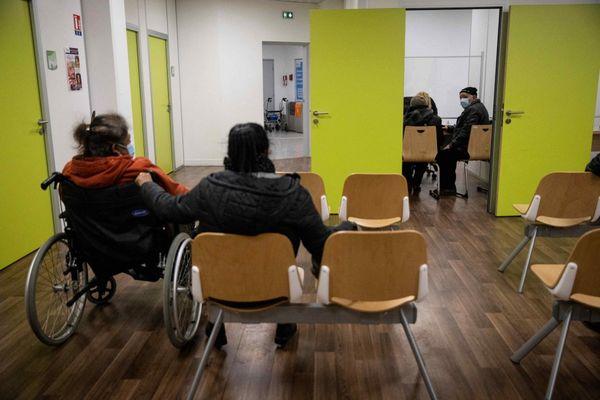 Des patients attendent de se faire vacciner dans un local de la CPAM à Bobigny en Seine-Saint-Denis.