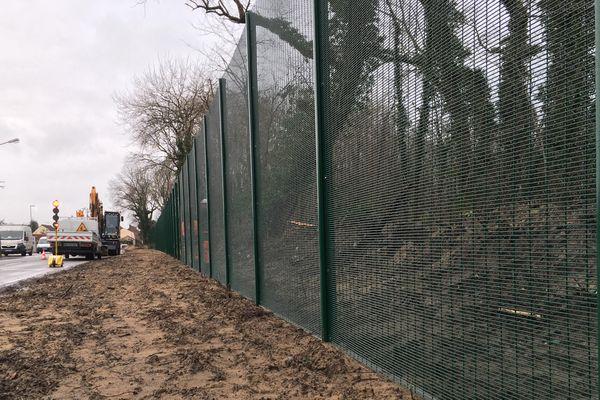 Des grilles anti-migrants ont été installés route de Graveline, à Calais.