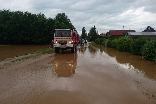 Une route partiellement inondée à l'entrée de Schaffhouse-près-Seltz