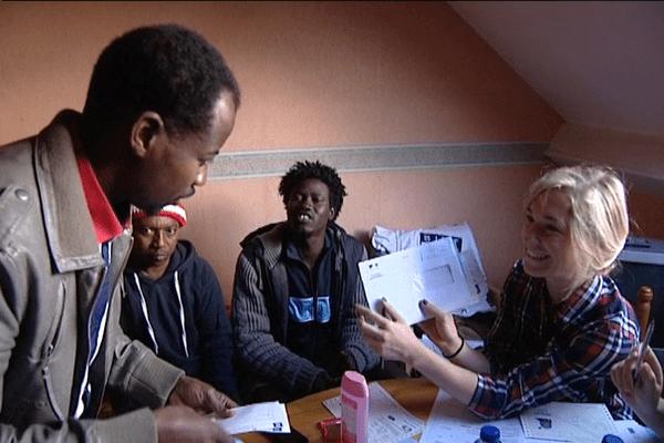 Des migrants soudanais sont accueillis et aidés dans leurs formalités administratives, à la Guerche-de-Bretagne (35).