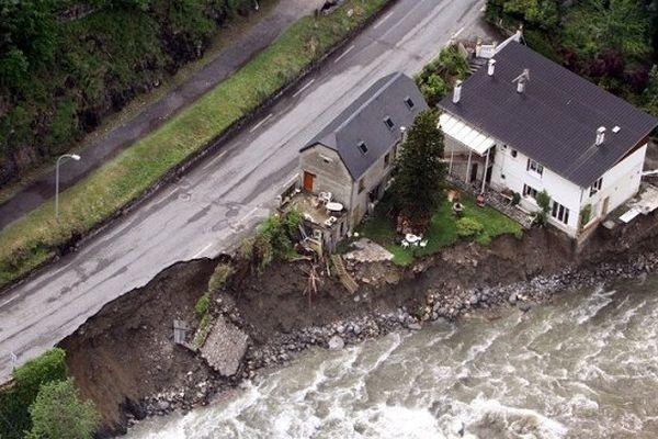 La route menant à Cauterets a été en partie emportée par la puissance des eaux
