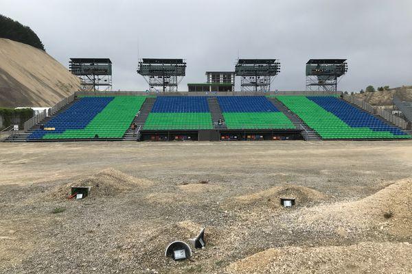 Les gradins attendent les spectateurs. Le spectacle a accueilli jusqu'à 25.000 spectateurs en une saison (en moyenne 20.000). Ces gradins, prévus pour 2.400 personnes, verront leur jauge réduite à l'été 2021, en raison du protocole sanitaire.