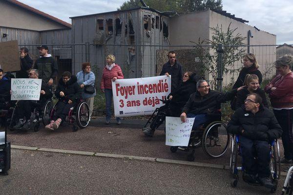 Une cinquantaine de personnes ont protesté ce samedi 9 novembre devant le chantier d'un foyer pour personnes handicapées incendié en octobre 2016.