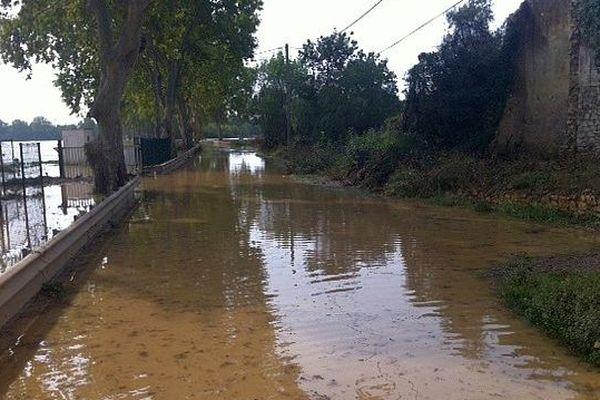 Villeneuve-lès-Maguelone (Hérault) - la D.185 totalement inondée sur plusieurs centaines de mètres. La commune est isolée - 7 octobre 2014.