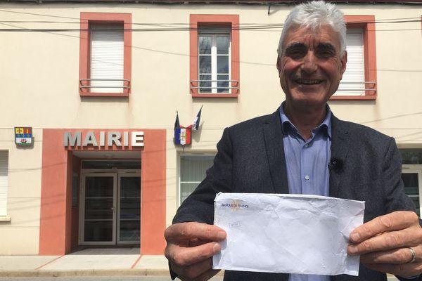 Le maire d'Alban avec l'enveloppe dans laquelle se trouvaient environ 5 000 euros