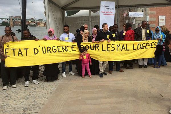 Une trentaine de manifestants du Dal est venue réclamer une solution pour 61 personnes mal ou pas logées