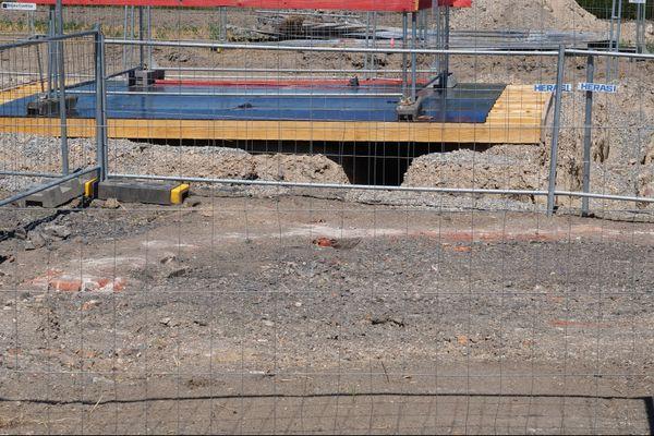 Au premier plan, un arc de cercle de briques délimite l'emplacement d'un nouveau puits de mine à Hasnon, juste devant le puits des Tertres découvert en 2017.
