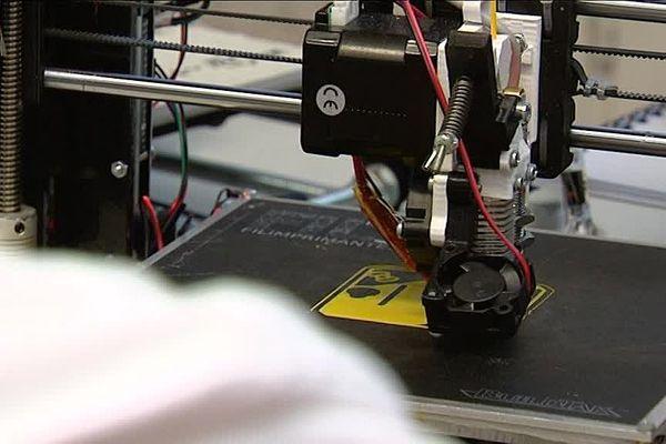 """Le terme Fab Lab vient de la contraction de l'anglais """"fabrication laboratory"""", c'est à dire """"laboratoire de fabrication"""""""