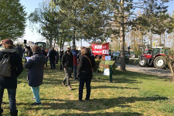 Un rassemblement à l'initiative de l'association La Tête dans le Sable a réuni plusieurs centaines de personnes opposées à la grandissement de deux sablières Saint-Colomban en Loire-Atlantique