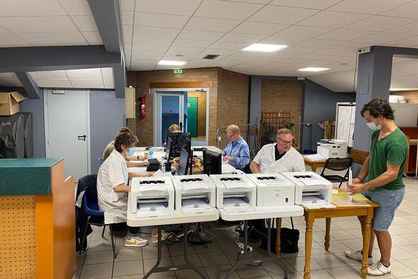 Les données saisies dans cette salle permettent d'imprimer le QR code après avoir reçu une injection. Tous sont bénévoles.