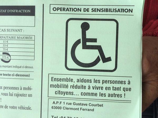 De fausses amendes de 135 euros ont été distribuées, mardi 26 septembre, par l'Association des Paralysés de France (APF) lors d'une opération de sensibilisation à l'hôpital Gabriel Montpied à Clermont-Ferrand.