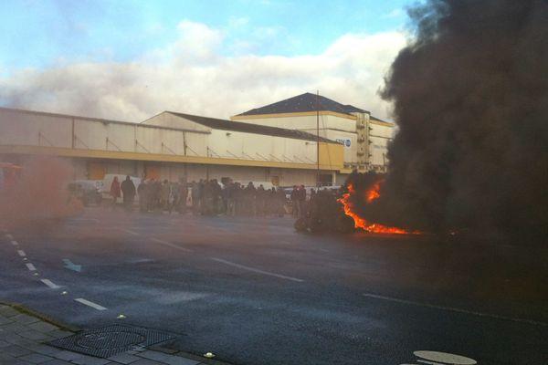 Pneus brûlés devant les écluses de Saint-Nazaire en février par des pêcheurs de civelles en colère