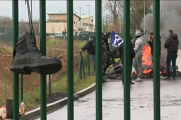 Les gardiens de prison réagissent à l'agression de deux de leurs collègues par un détenu radicalisé, mardi dans l'Orne.
