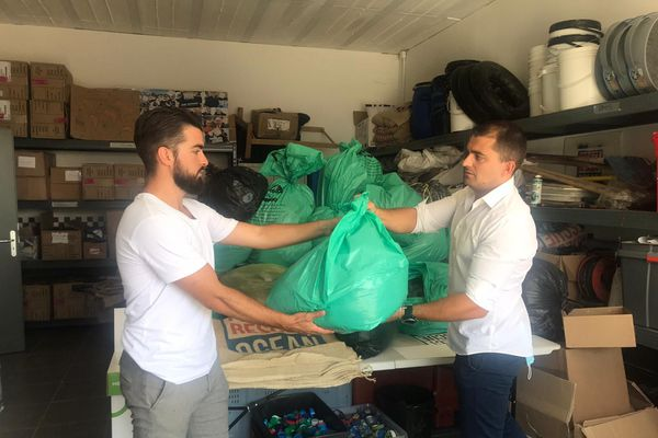 Clément Baldellou, de l'entreprise Capillum, et Benoît Schumann, fondateur de Protect Rescue Ocean, à Béziers, ce dimanche 16 août 2020.