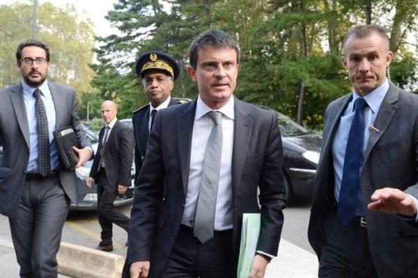 Le ministre de l'intérieur lors de sa visite au commissariat de Grenoble le 2 octobre 2012.