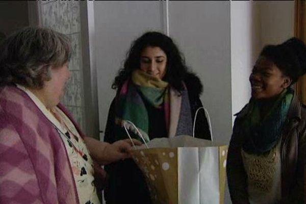 Laura et Marie-Audrine profitent de leurs vacances pour apporter leur soutien à des personnes âgées isolées dans le Gard.