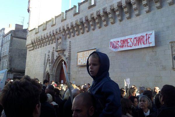 """""""Nous sommes Charlie"""", le rassemblement devant l'hôtel de ville de La Rochelle"""
