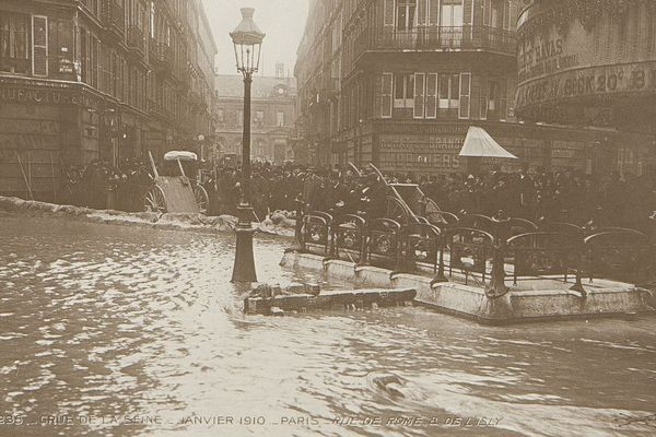 La crue de la Seine, rue de Rome, à Paris, en janvier 1910.