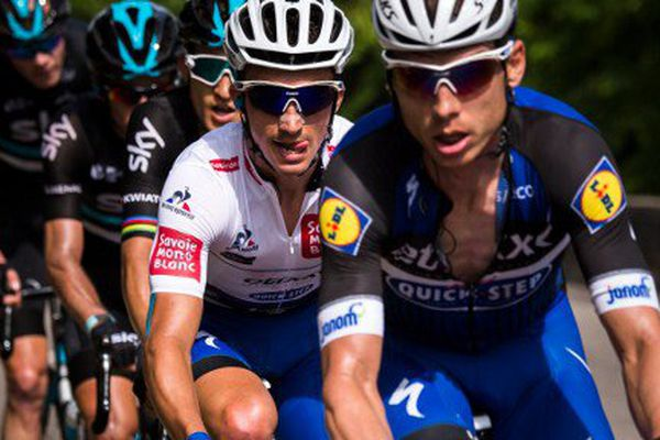 Julian Alaphilippe (maillot blanc) lors de la troisième étape du Criterium du Dauphiné entre Creches-sur-Saone  et Chalmazel-Jeansagnières le 7 juin dernier.