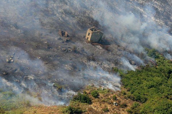 25 juillet 2017, une vue aérienne de l'incendie dévastateur qui a brûlé près de 2000 hectares de végétations, commune de Biguglia (Haute-Corse)