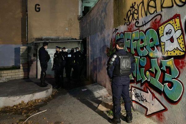 Les policiers procèdent à l'évacuation des occupants des immeubles sinistrés, ce lundi 30 novembre au matin