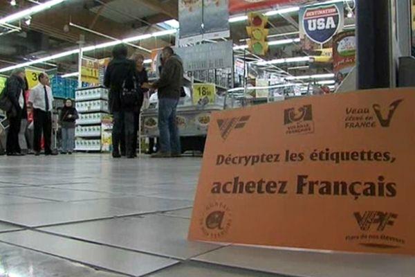 """Le slogan des éleveurs isérois : """"décryptez les étiquettes, achetez français""""."""