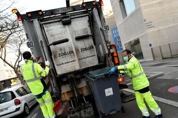 Remerciés par des mots et dessins par la population, les éboueurs continuent à ramasser les déchets partout dans la région