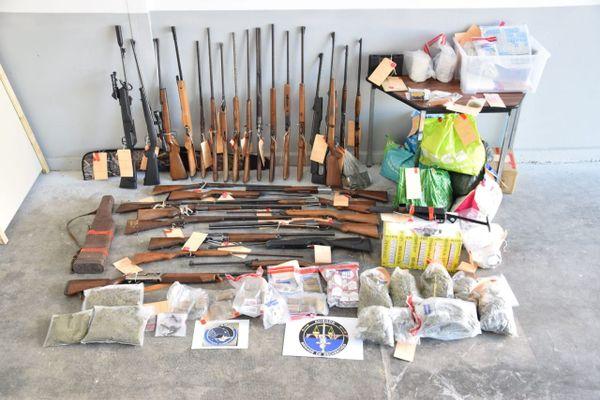 Les gendarmes ont aussi saisi de la drogue, des armes et de l'argent.
