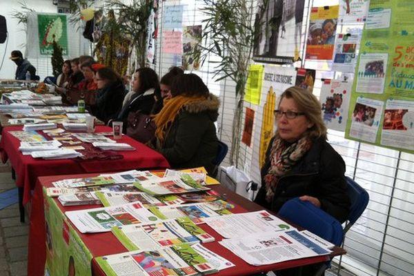 Le chapiteau de la semaine internationale de la solidarité place de la Motte à Limoges accueille des débats, des tables rondes, et même des concerts