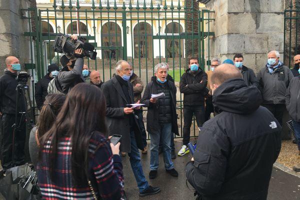 Mercredi, la Ligue des droits de l'Homme et l'Ora di u ritornu se sont rassemblés devant la préfecture à Ajaccio. Ils dénoncent la décision de Jean Castex de maintenir le statut de DPS pour Pierre Alessandri et Alain Ferrandi.